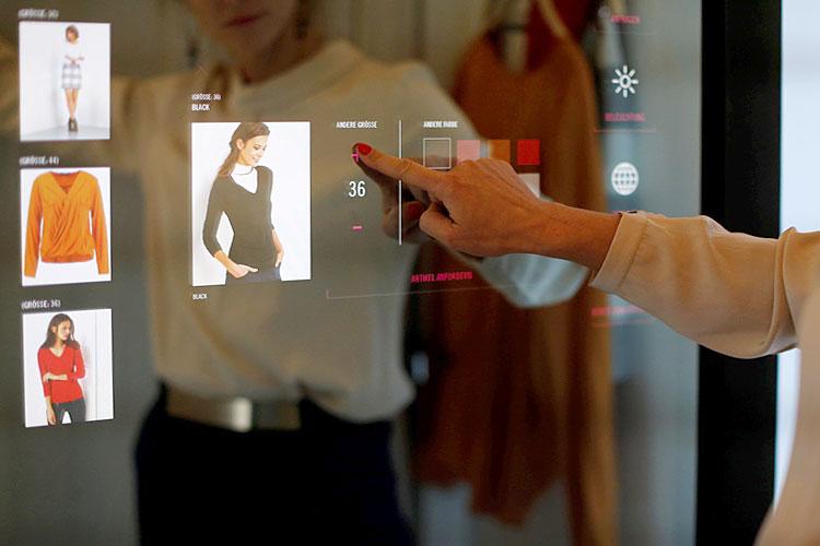 «Умная» кабина идентифицирует товары, взятые для примерки, предлагает покупателю варианты цветовой гаммы и другие предметы одежды