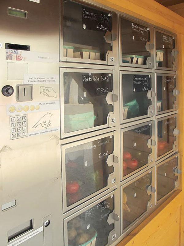 Для оплаты покупки используется платежный терминал, принимающий монеты, купюры и банковские карты