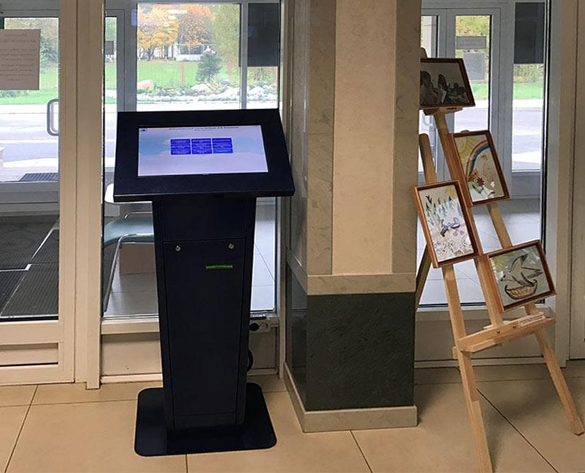 Информационный киоск, разработанный компанией Мир Киосков для ОКПЦ им. Е.М. Бакуниной, стал незаменимым элементом больничной инфраструктуры