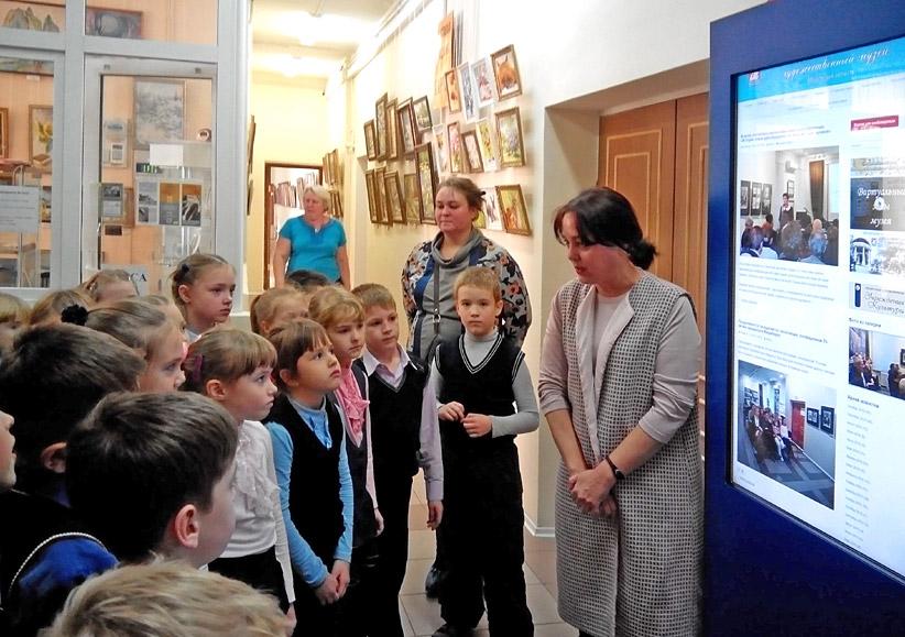 Сенсорный киоск Vega 42 предоставляет посетителям музея информацию о проходящих и будущих экспозициях и представленных коллекциях