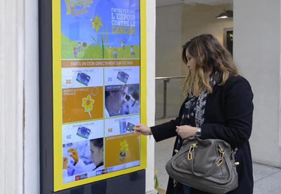 NFC-чипы, интегрированные в экраны киосков, позволяли пользователям удаленно совершать микро-платежи непосредственно со своих смартфонов