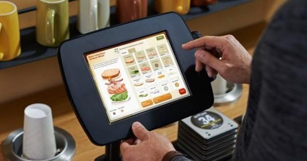 настольный сенсорный экран в ресторане