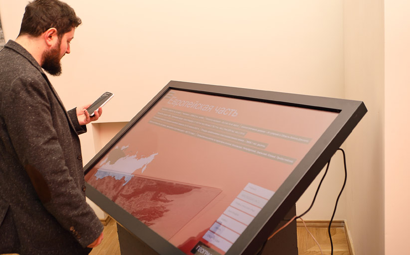 """Информационный киоск Vega Wall 65"""" на выставке «1917. Код революции»"""