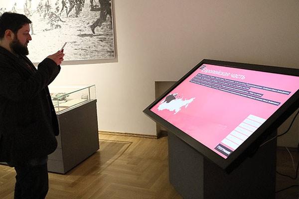 Информационный киоск на выставке к столетию революции