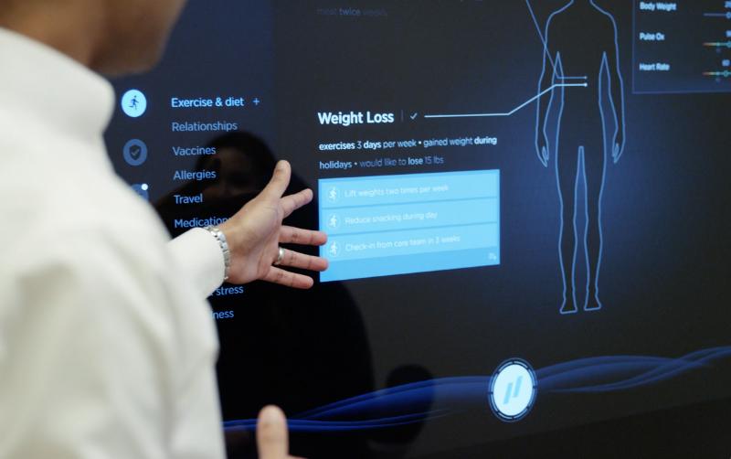 врач видит результаты обследования на большом интерактивном экране