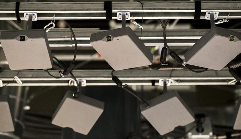 В торговых залах Amazon Go  камеры и датчики отслеживают взятые с полок товары