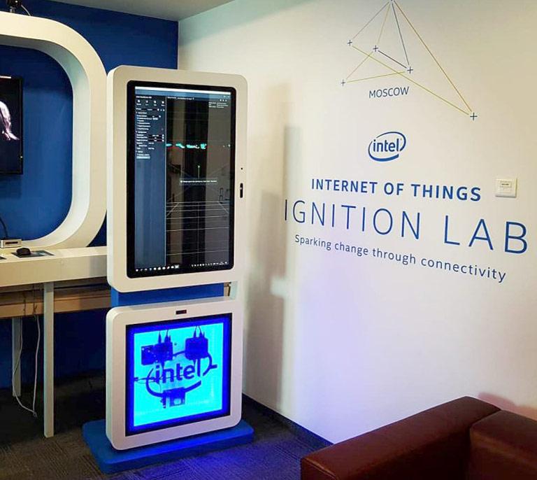 Интерактивный терминал с поворачивающимся экраном для Intel