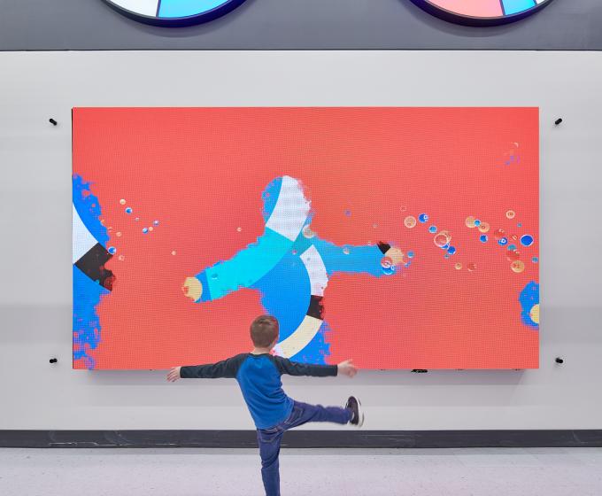 интерактивная стена демонстрирует возможности искусственного интеллекта