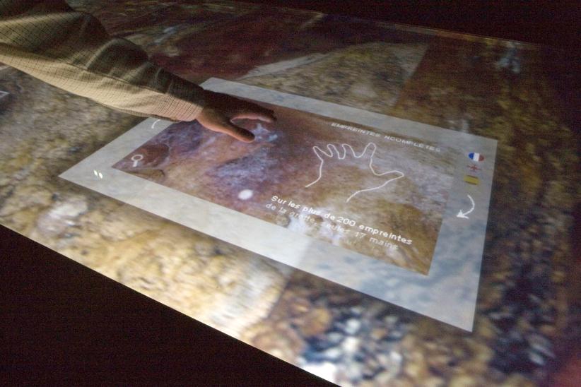 Историю наскального рисунка можно узнать на сенсорном столе