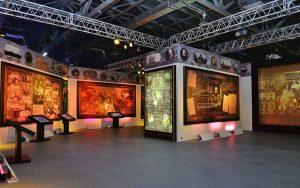 Сенсорный стол в экспозиции «Современное искусство 1960-2000»