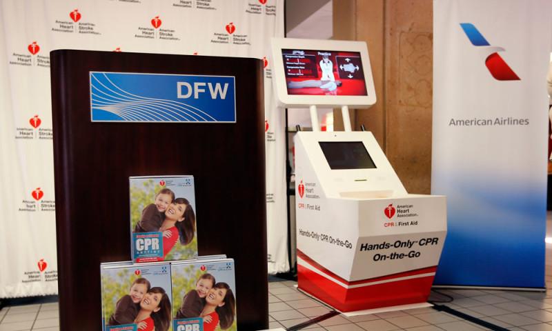 Интерактивные киоски в аэропорту обучают пассажиров оказывать первую помощь