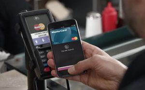 Бесконтактные мобильные платежи вытеснят банковские карты уже в 2017 году
