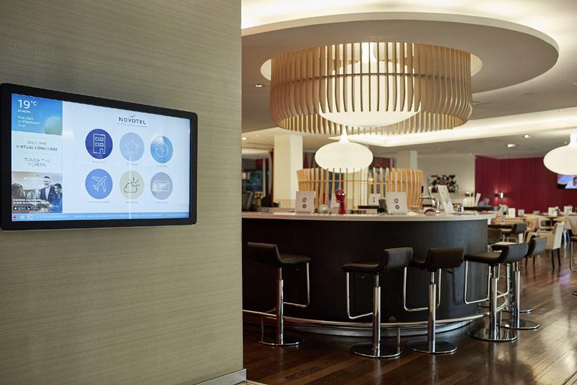 Электронные консьержи встречают гостей «Novotel»