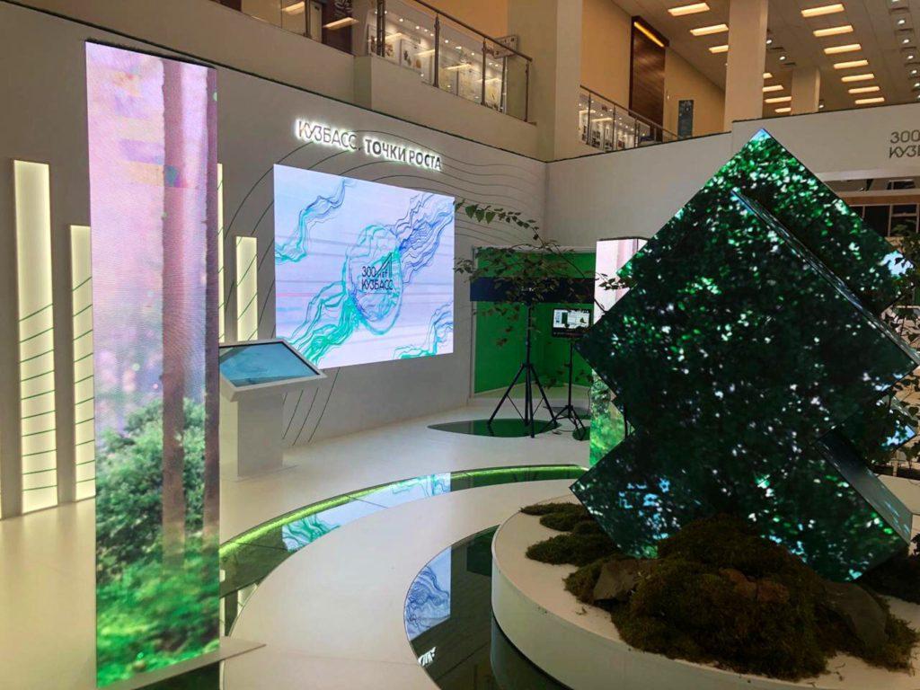 Интерактивные деревья и колонны на стенде Кузбаса